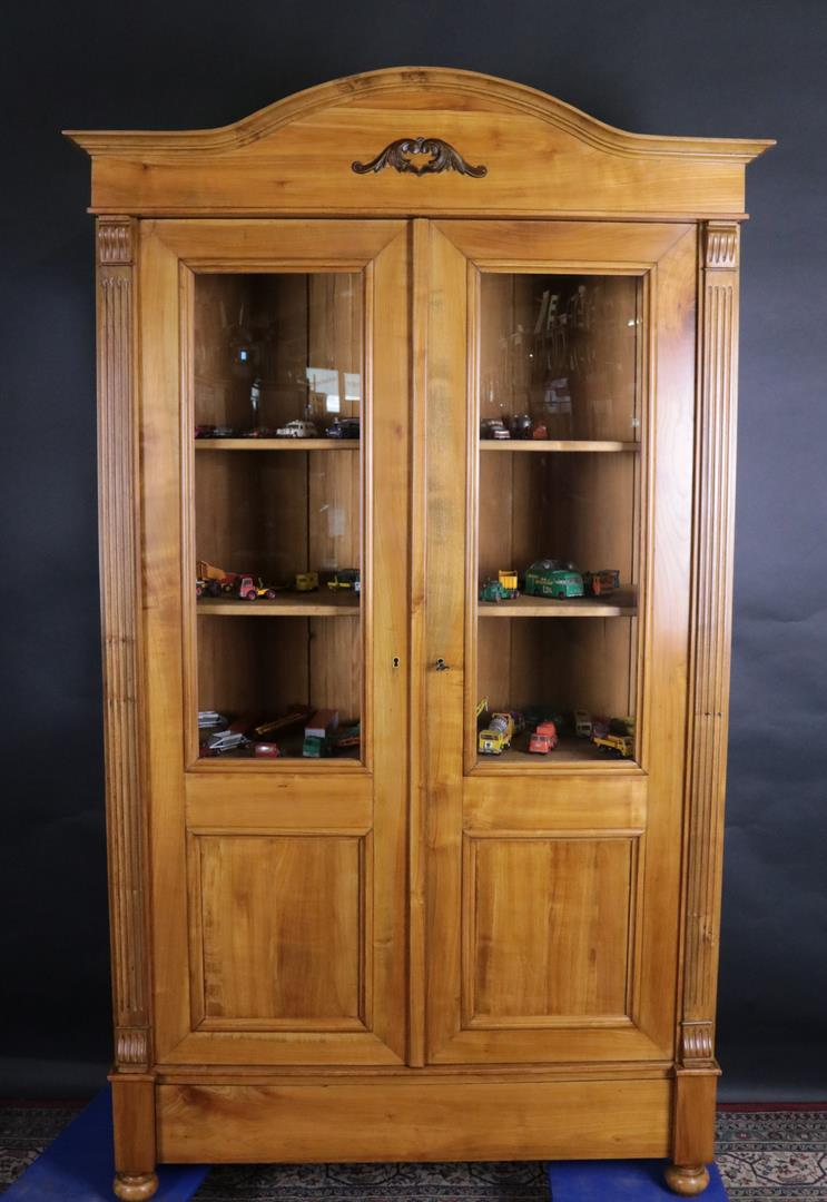 kirschbaum vitrine aus der jugendstilzeit um 1910 gefertigt kohler. Black Bedroom Furniture Sets. Home Design Ideas
