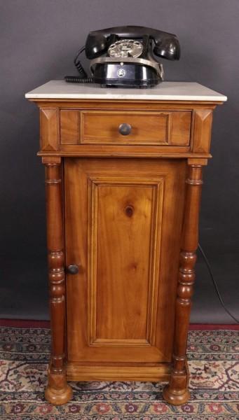 antiker nachtisch aus kirschbaum mit s ulen und marmorplatte kohler. Black Bedroom Furniture Sets. Home Design Ideas