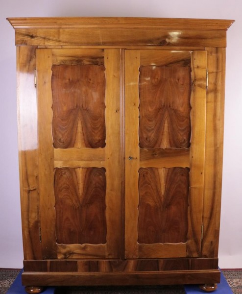 Biedermeier Nußbaumschrank gebrezelt um 1870 gebaut