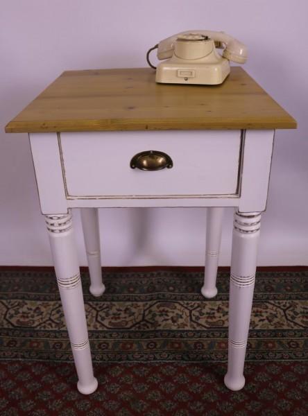 Antiker kleiner Tisch shabby-chic / vintage-stil um 1920