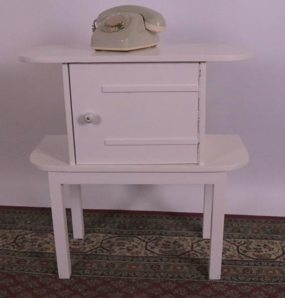Weißes Schränkchen / Tischchen