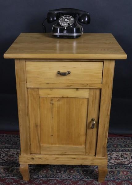 Antiker kleiner Nachttisch aus der Zeit um 1920
