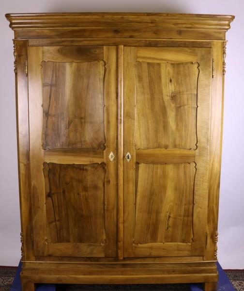 Antiker Biedemeier Nussbaum Kleiderschrank aus der Zeit um 1870