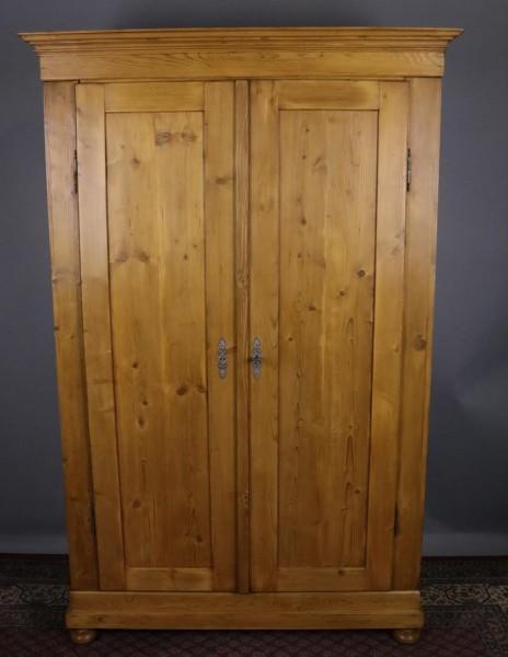 Antiker Schrank Weichholz zweitürig klein