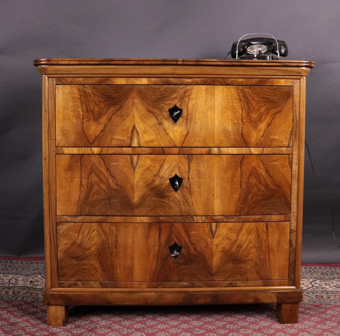 antiquit t biedermeier nussbaum schubladenkommode um 1850 kohler. Black Bedroom Furniture Sets. Home Design Ideas