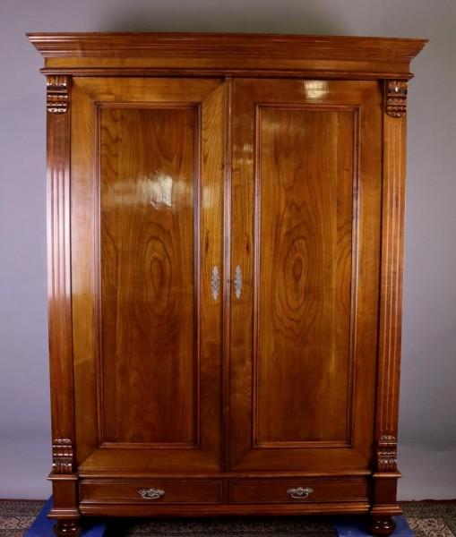 Antiker Schrank aus Kirschbaum um 1880 gefertigt