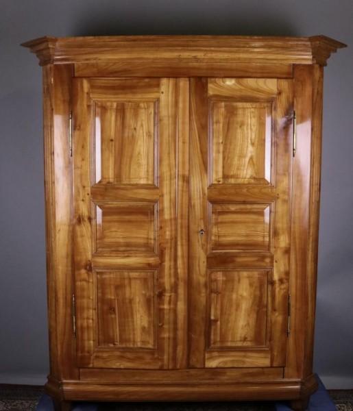 Antiker Kirschbaumschrank um 1840 gefertigt