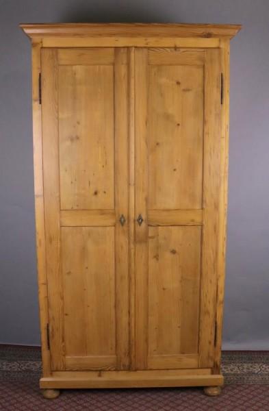 Antiker Weichholzschrank sehr hoch, gewachst und poliert